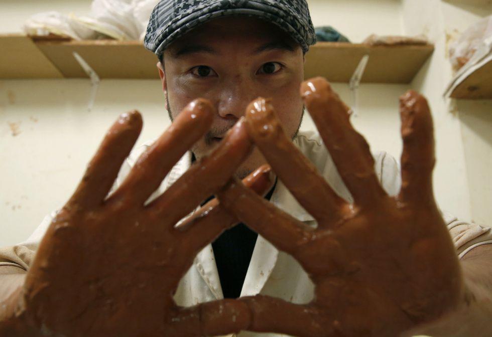Masakazu Shida trabaja el barro en la escuela de artes y oficios ourensana.