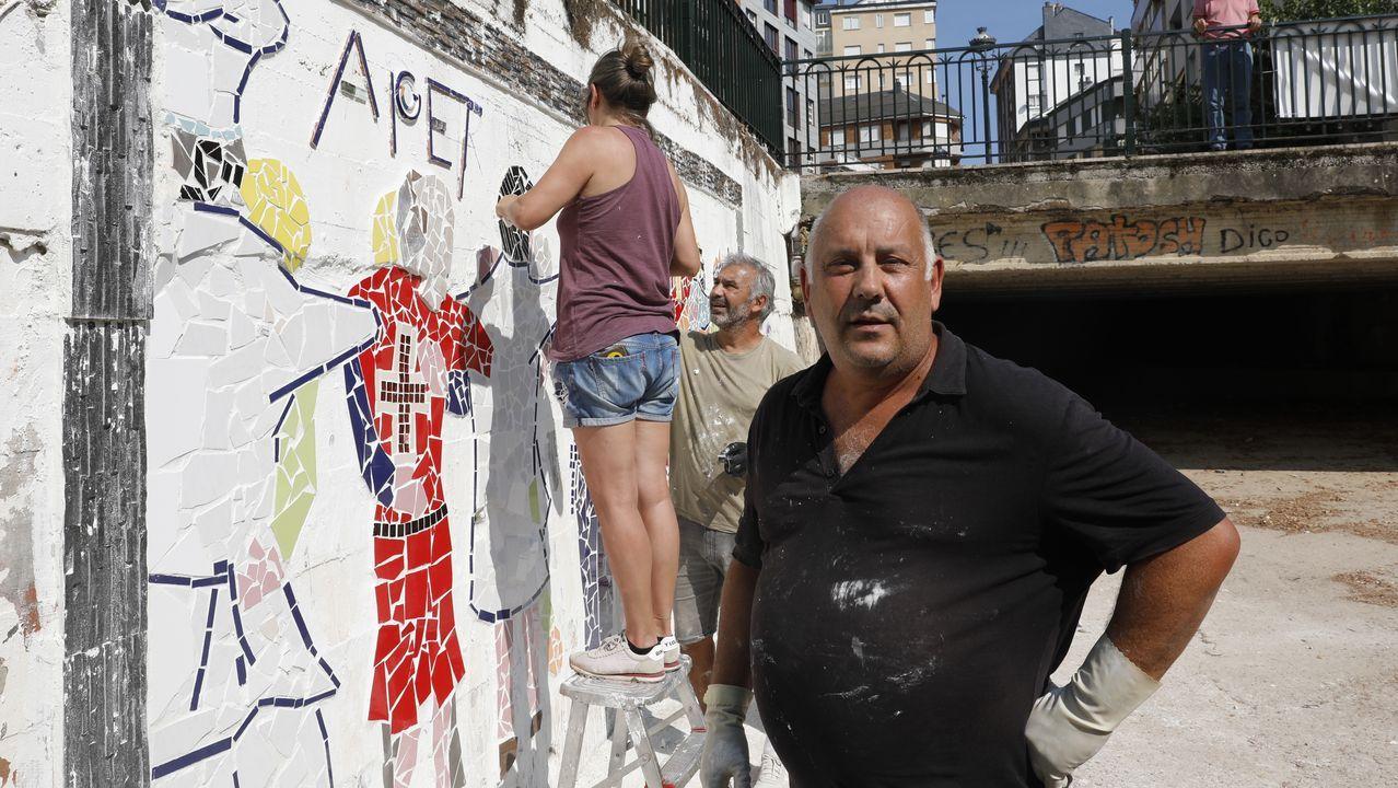 Gerardo Rodríguez explica su intervención artística en O Barco.La Guardia Civil regula el tráfico en la zona del accidente