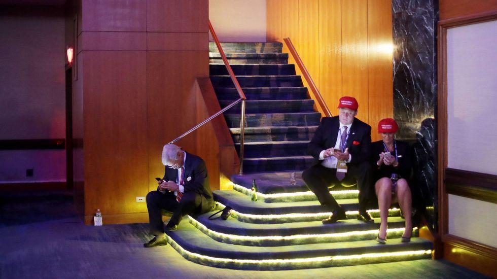 Seguidores del partido republicano pendientes de sus móviles durante la noche electoral.