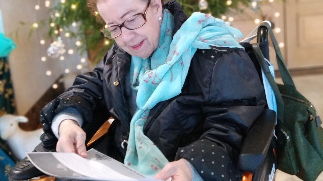 Teresa, que vive desde hace cinco años en la residencia Santa Marta, de Vigo, ha escrito su carta de Reyes y la de al menos 40 compañeros que no podían hacerlo