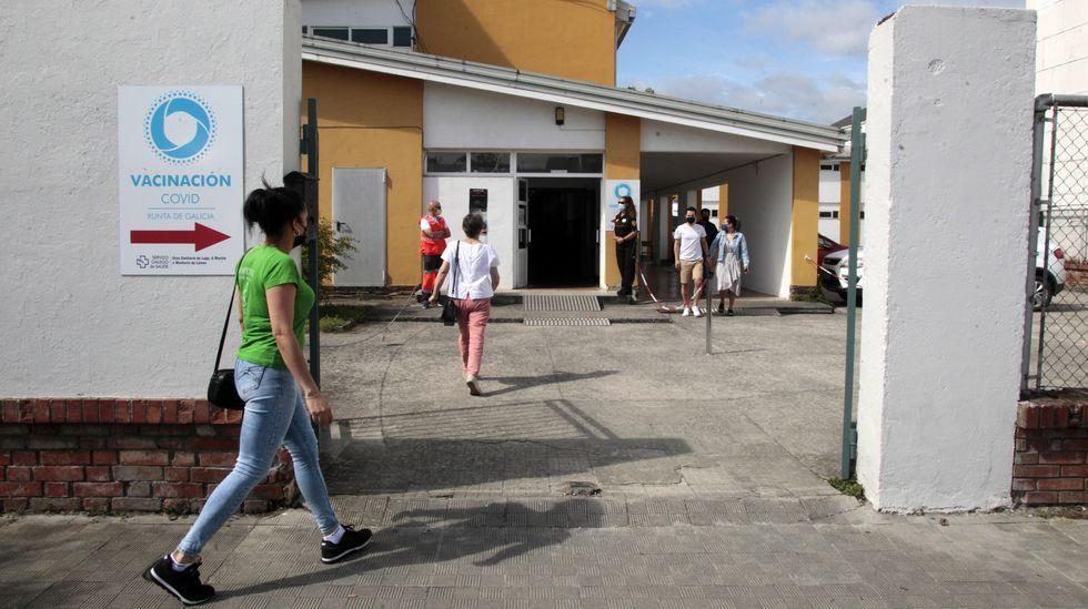 Análisis: así evoluciona la quinta ola de coronavirus en Lugo.Entrada del centro de vacunación de Monforte, situado en un edificio anexo al instituto Río Cabe