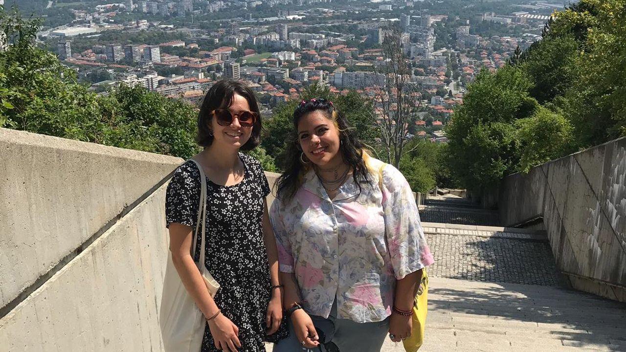 trabajador, trabajadores, construcción, empleados, guantes, martillo.Las dos jóvenes avilesinas que colaborarán en el yacimiento arqueológico de Bulgaria