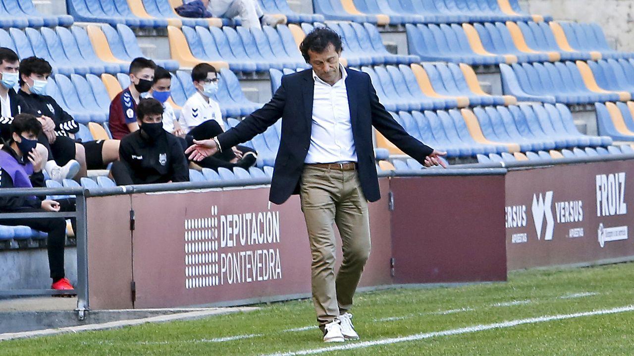 Meléndez, con Amez detrás, disputa un balón durante el Vetusta-Pontevedra