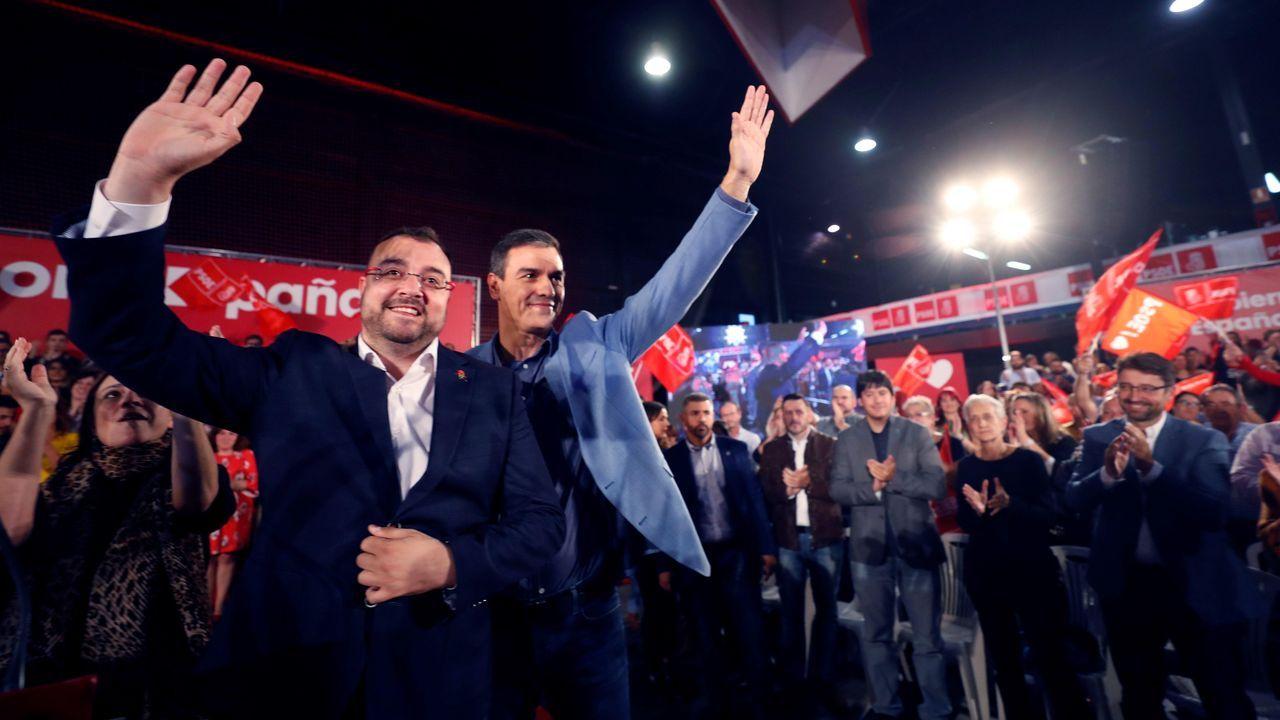 El secretario general del PSOE y presidente del Gobierno en funciones, Pedro Sánchez (c) en un acto de precampaña junto con el presidente del Principado, Adrián Barbón (i), en el polideportivo Corredoria Arena de Oviedo
