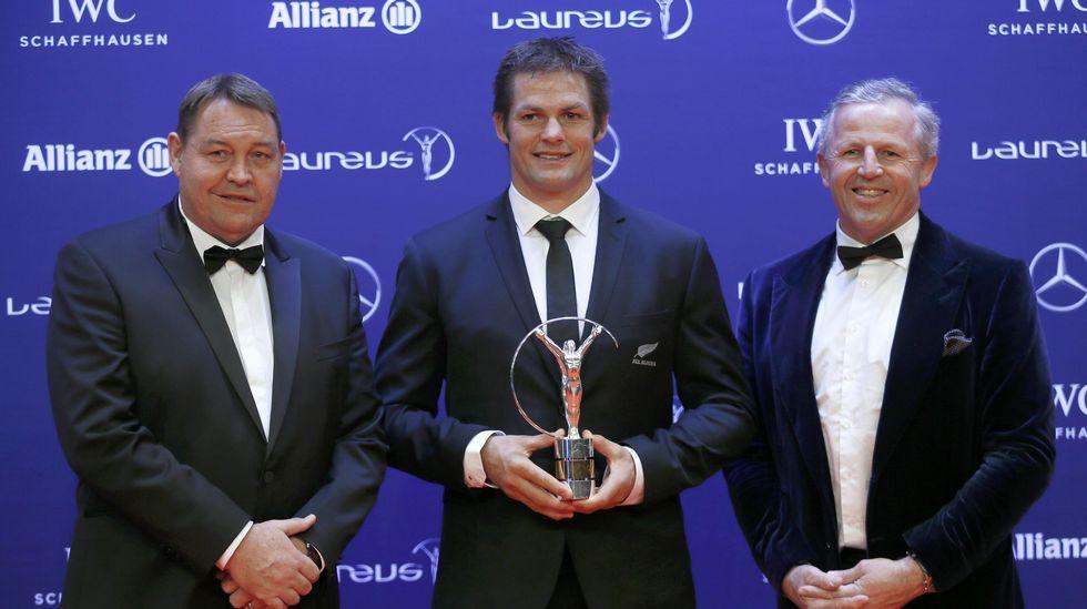 Miembros de la selección de rugbi de Nueva Zelanda, con el premio al equipo del año.