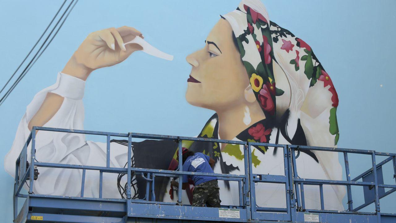 Meninas de Canido 2020.Álex Fernández, de Vigo, pinta estos días a la menina gallega María Agustina Sarmiento en San Rosendo