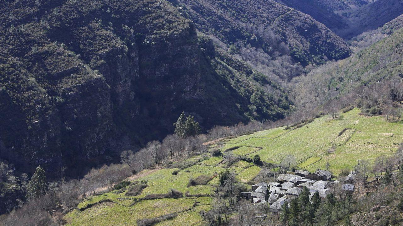 Campodola. La aldea da nombre al gran pliegue constituido por cuarcitas y y pizarras formadas en distintas etapas del Ordovícico