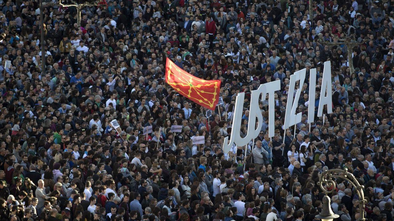 Los juristas asturianos valoran la sentencia de La Manada.Manifestación en Pamplona el pasado sábado pidiendo «justicia» para los ocho jóvenes de Alsasua