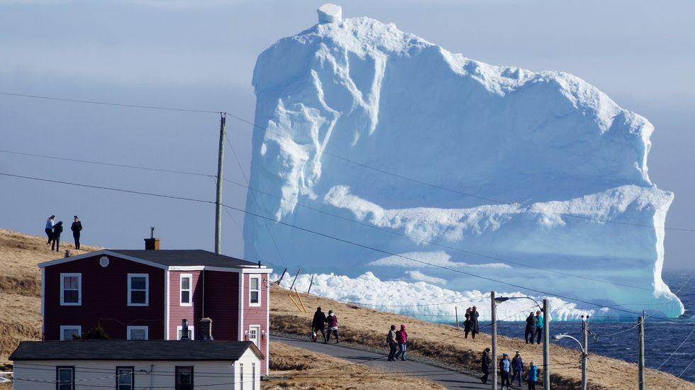 Montañas de hielo navegan frente a las costas de Canadá.