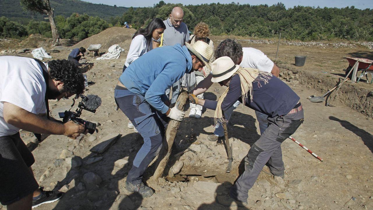 Efectos dela borrasca Elsa en el sur lucense.Exhumación de una de las tumbas descubiertas el pasado verano en la necrópolis medieval de A Pobra do Brollón