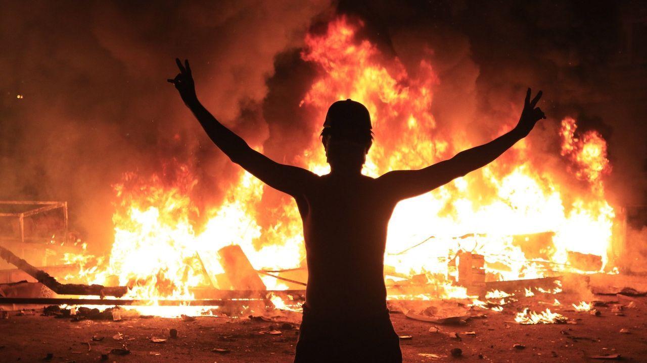 Varios manifestantes evacuan a un hombre afectado por los gases lacrimógenos durante las protestas en Bagdad