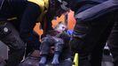 Los equipos de rescate evacúan a una niña herida en los bombardeos sirios y rusos en una localidad de la provinicia de Alepo