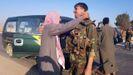 Un vecino de la localidad de Tel Tamer da la bienvenida a un soldado del Ejercito sirio