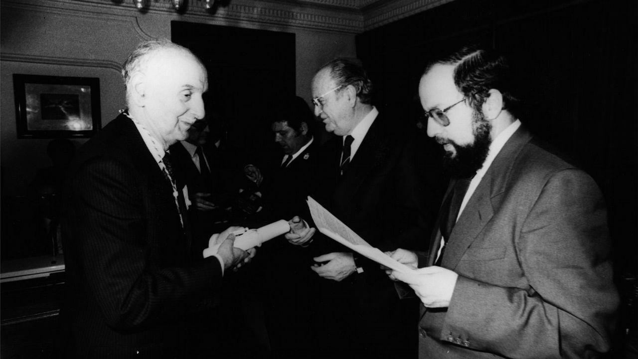 Fernández Albor y Xosé Luis Barreiro Rivas durante la entrega de la Medalla de la Xunta en 1986 a Vidal Abascal.