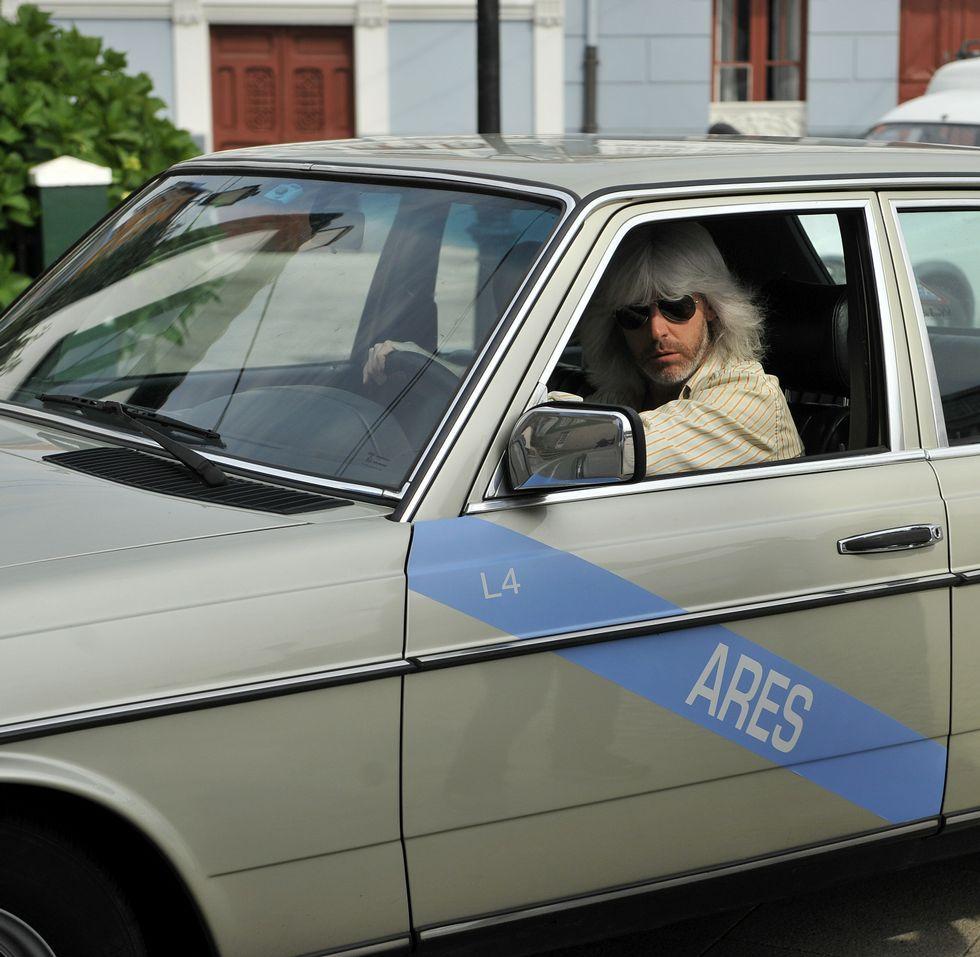 Desfiles de Elena Rial y Pedro Covelo en EGO.Taxi de los ochenta. Diethelm, un coruñés de origen alemán, alquiló su coche al equipo y hasta hizo de taxista.