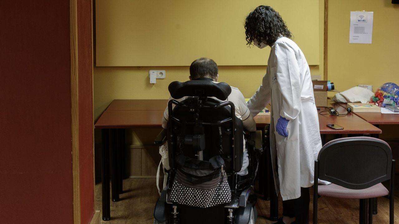 Una logopeda trabaja con un residente de un centro