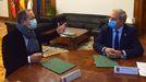 El presidente de la Diputación, a la derecha, y el alcalde de A Pobra acordaron la modificación del convenio