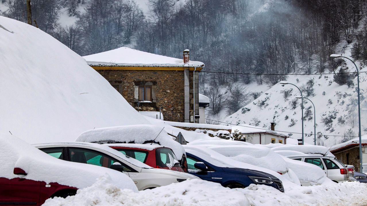 Coches cubiertos por la nieve, este sábado en la localidad asturiana de Pajares