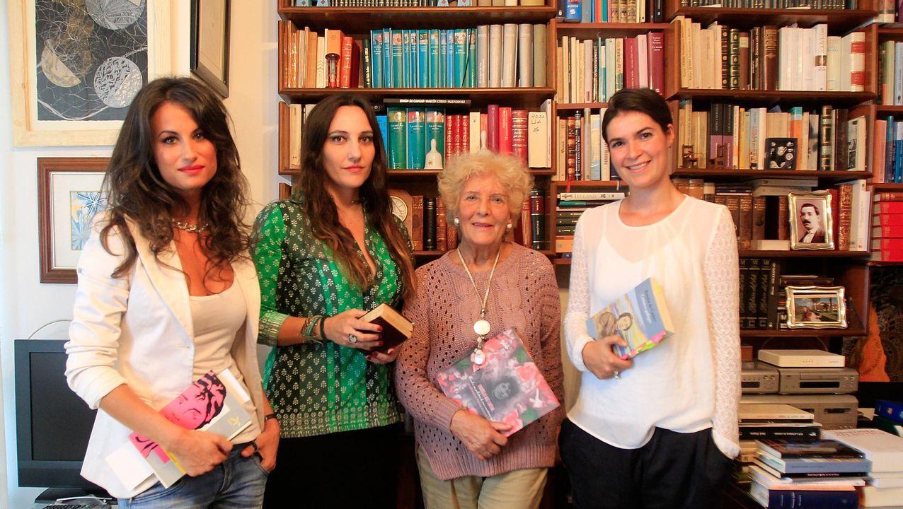Luz Pozo, na súa casa, unha tarde de setembro do 2013 coas poetas Yolanda Castaño, Estíbaliz Espinosa e Dores Tembrás
