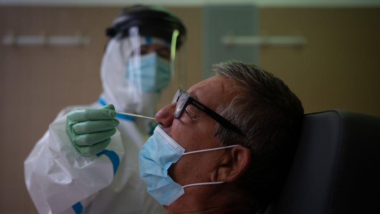 Una enfermera realiza una prueba PCR a un paciente en Barcelona