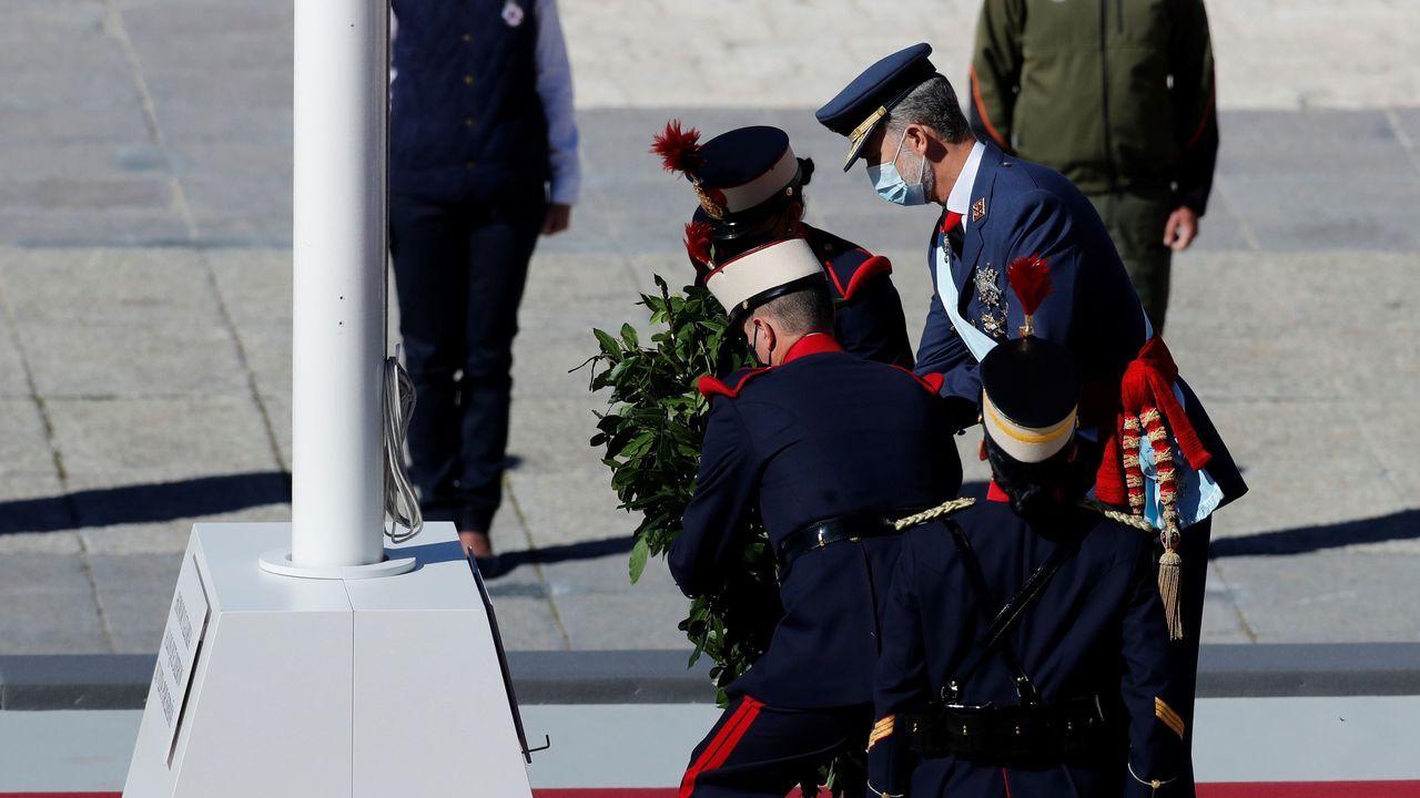 Sigue en directo el actodel Día de la Fiesta Nacional.Felipe VI saluda al presidente de la Xunta, Alberto Núñez Feijoo, durante la celebración de la Fiesta Nacional en el palacio real