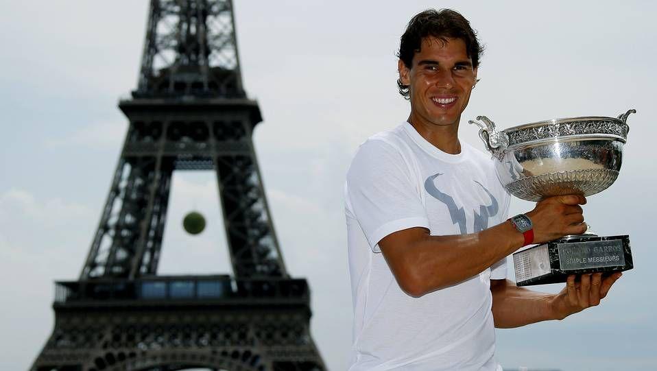 Rafa Nadal posa delante de la Torre Eiffel con la Copa de los Mosqueteros.Álex Corretja, extenista y exseleccionador español de Copa Davis