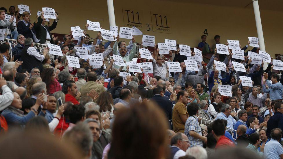 Pancartas en apouo a la escuela de Tauromaquia en una corrida en las ventas a principios de octubre.