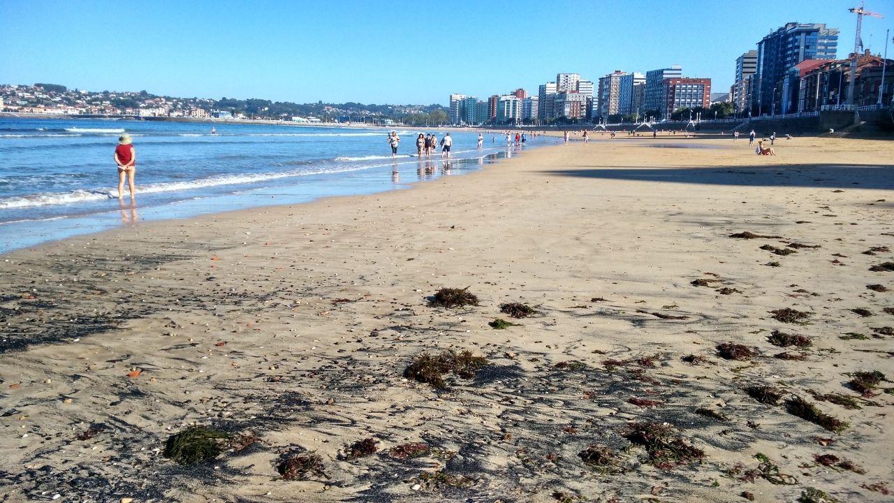 Centro de salud Laviada, en Gijón.La playa de San Lorenzo, en este mes de octubre