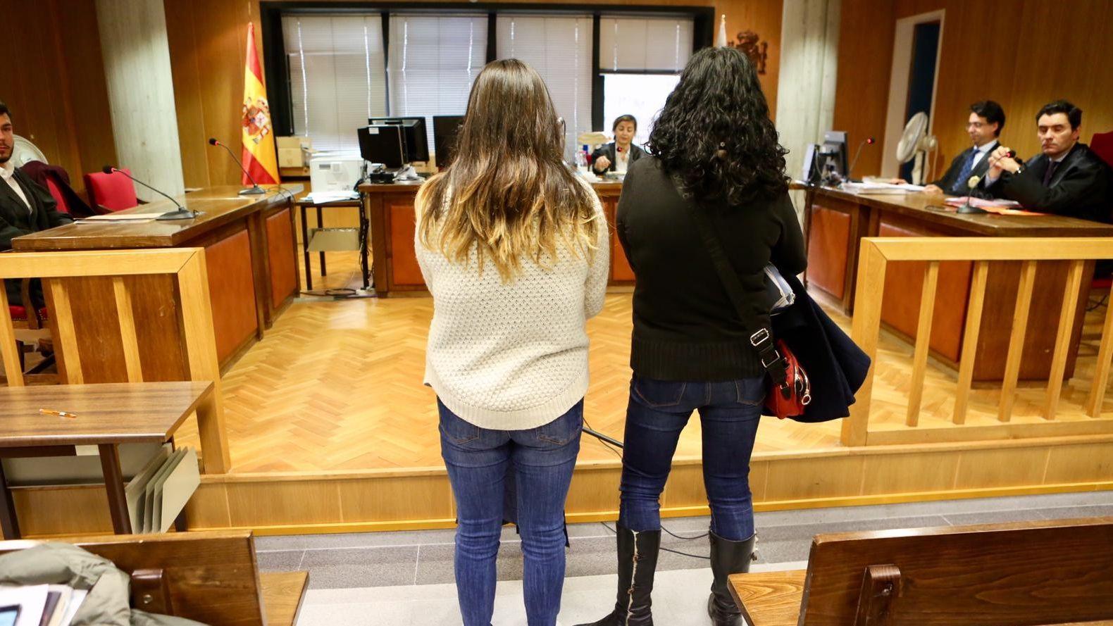 Pablo Iglesias, junto a su jefe de Gabinete, el exJemad Julio Rodríguez, saluda a algunos encargados de la seguridad del ministerio..María Gámez, subdelegada del Gobierno en Málaga