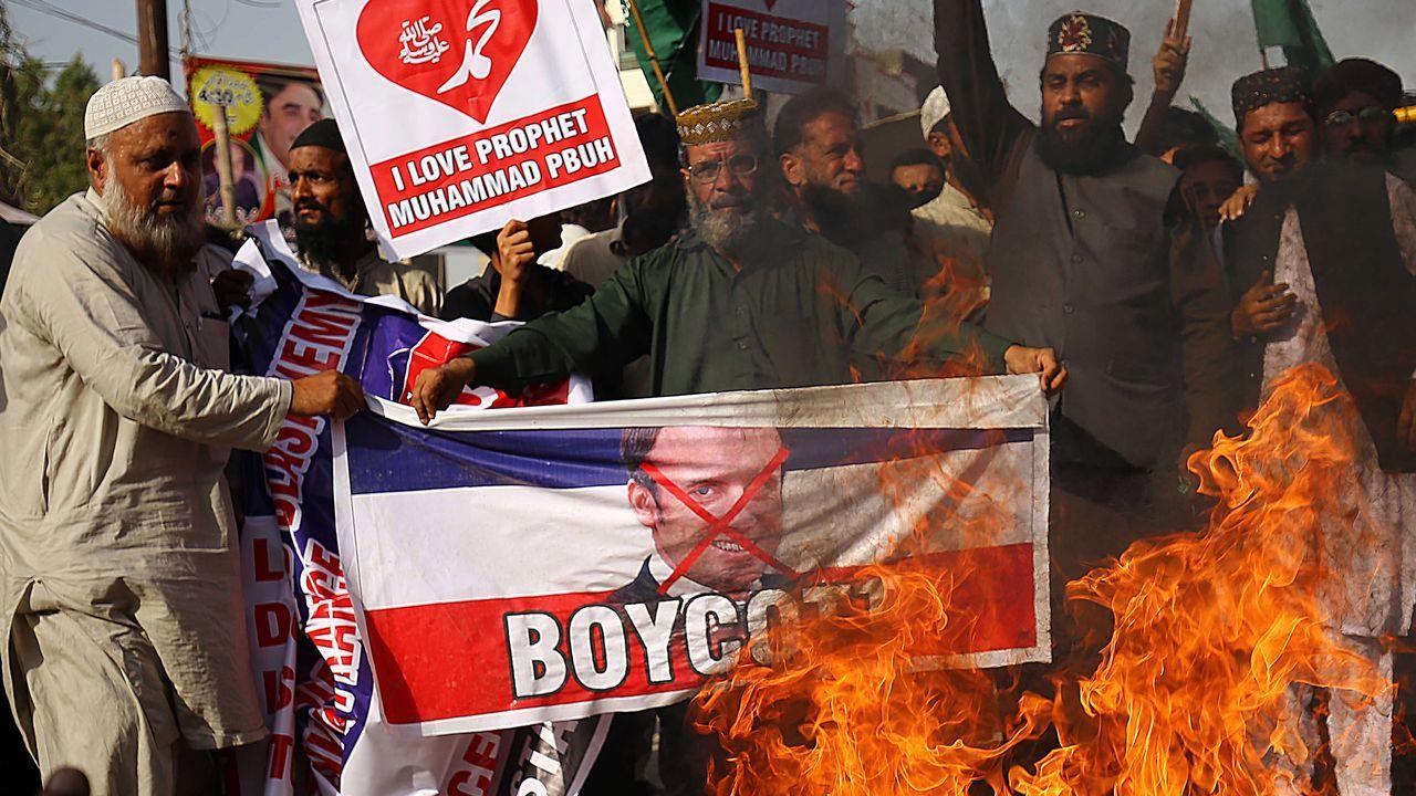 Protesta en Pakistán contra Macron dentro de la campaña internacional de boicot en la que participan varios países musulmanes