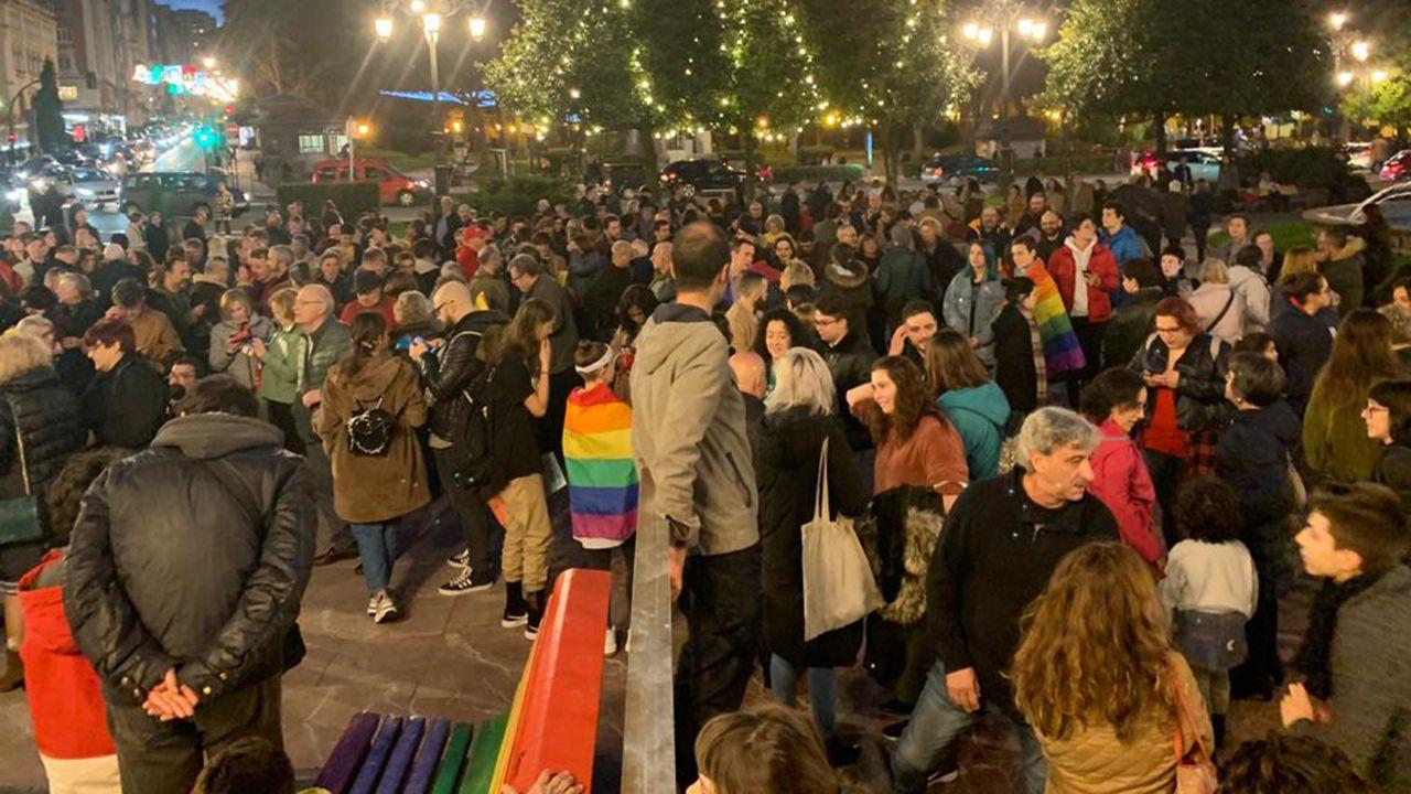 Desgaste en las estatuas de bronce de Oviedo.Concentración en la plaza de La Escandalera contra la medida de Canteli de eliminar los bancos LGTBI de la plaza
