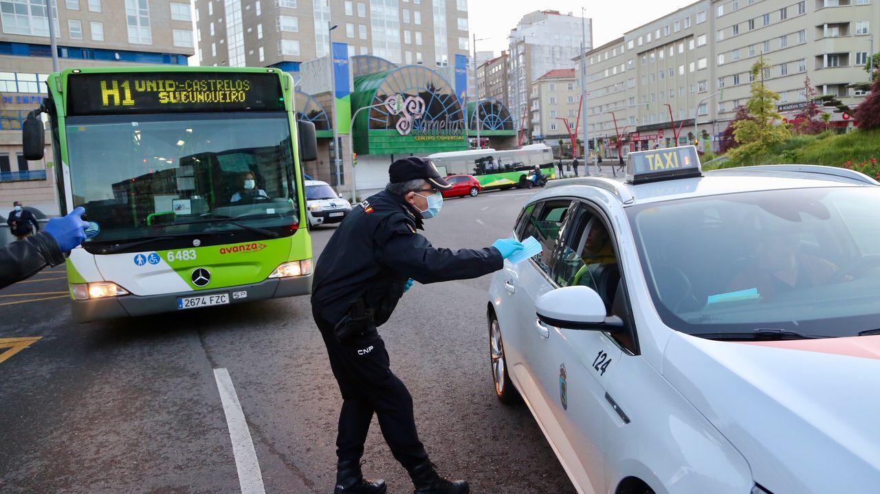 La Policía reparte mascarillas a pasajeros de bus y viandantes en Plaza de América.Imagen de archivo de un coche de la Policía Local de Vigo