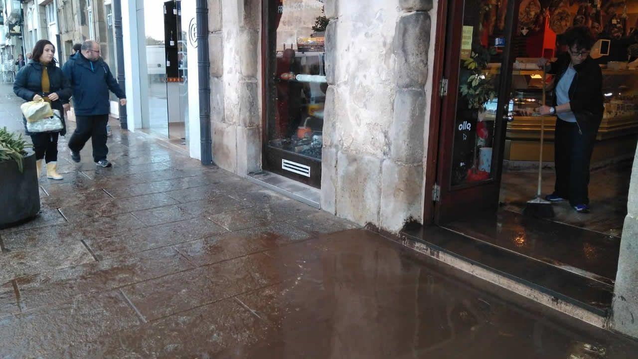 Comercios de la calle Pastor Díaz de Viveiro están hoy de limpieza y valorando los daños de la riada