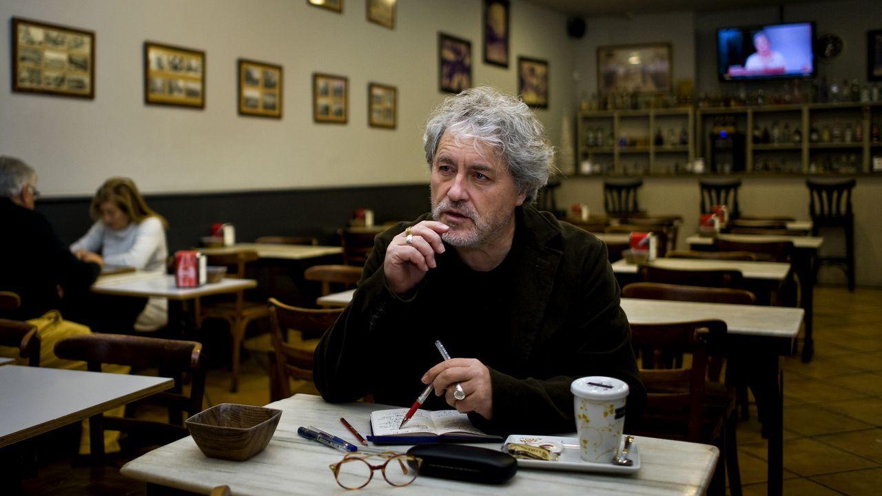 Manuel Rivas antes de que estallase la pandemia, en el 2019, en uno de los cafés donde solía escribir