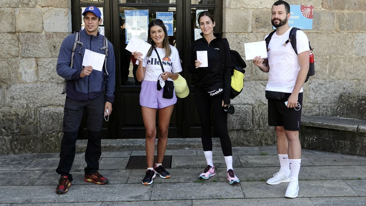 Martiño Rivas, Cristina Cerqueiras, Gala González y Xurxo Carreño antes de comenzar la primera etapa del Camino Portugués