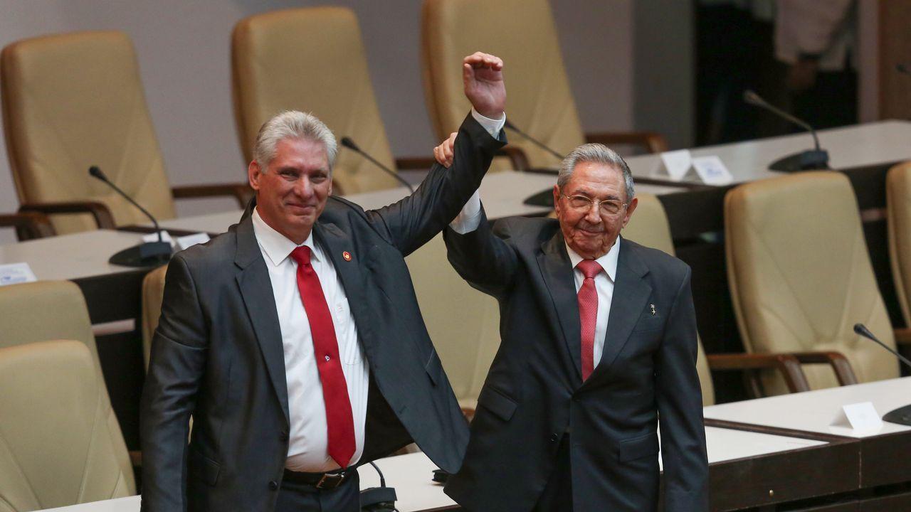 Díaz-Canel y Castro saludan a los diputados tras el traspaso de poderes