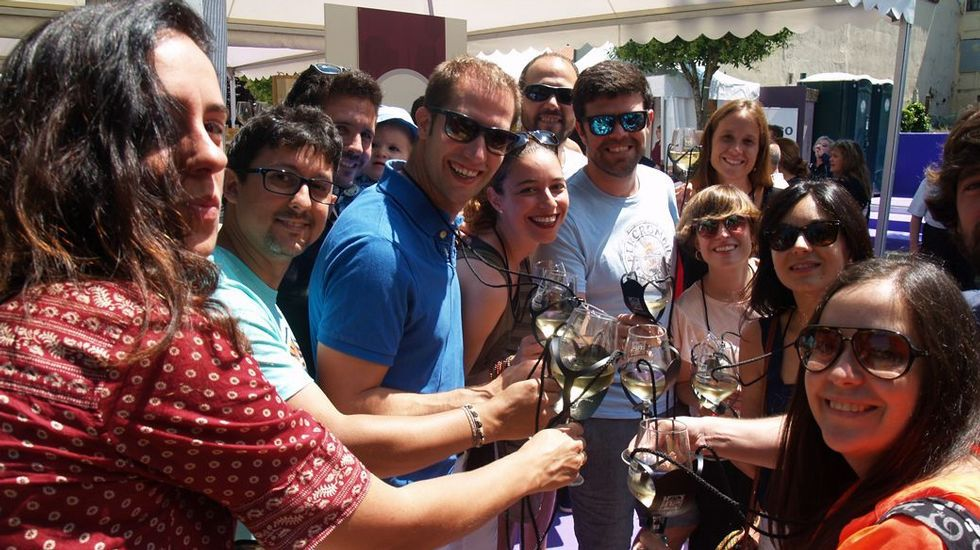 La «nevada» de cada primavera en Monforte.Brindis de participantes en el último Festival do Viño da Ribeira Sacra