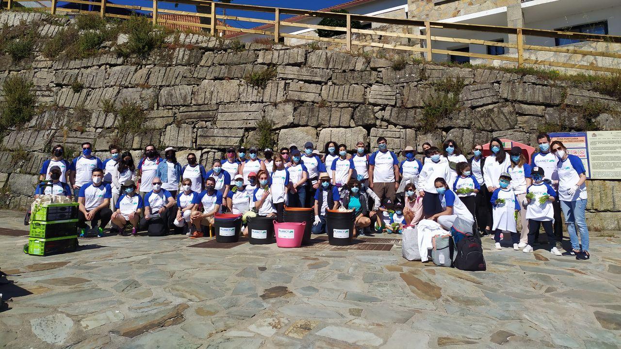 Las puestas de sol desde la playa y la montaña.Voluntarios que participaron ayer en la jornada de limpieza y retirada de especies invasoras en Ons