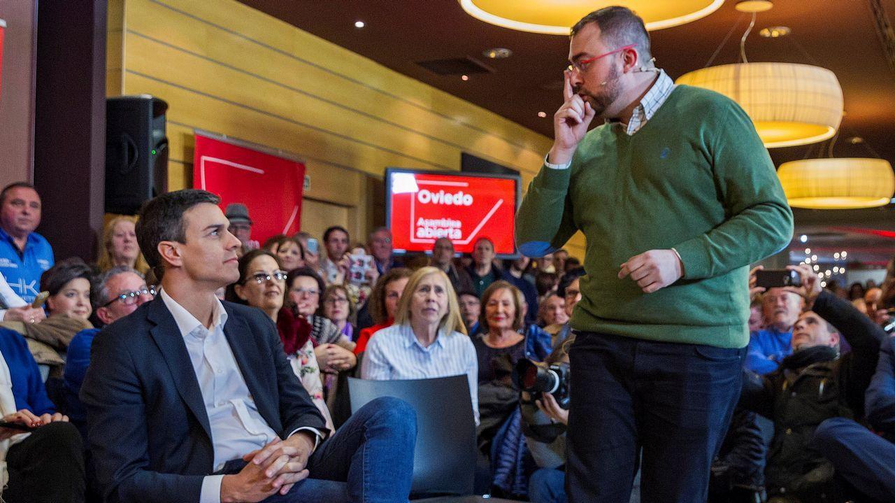 El secretario general del PSOE, Pedro Sánchez (i), interviene junto al líder de los socialistas asturianos, Adrián Barbón (d), en un acto sobre pensiones celebrado hoy en Oviedo