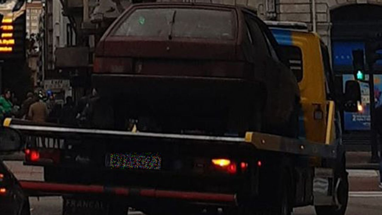 Una grúa retira el coche que estaba abandonado en el parking de la Escandalera de Oviedo