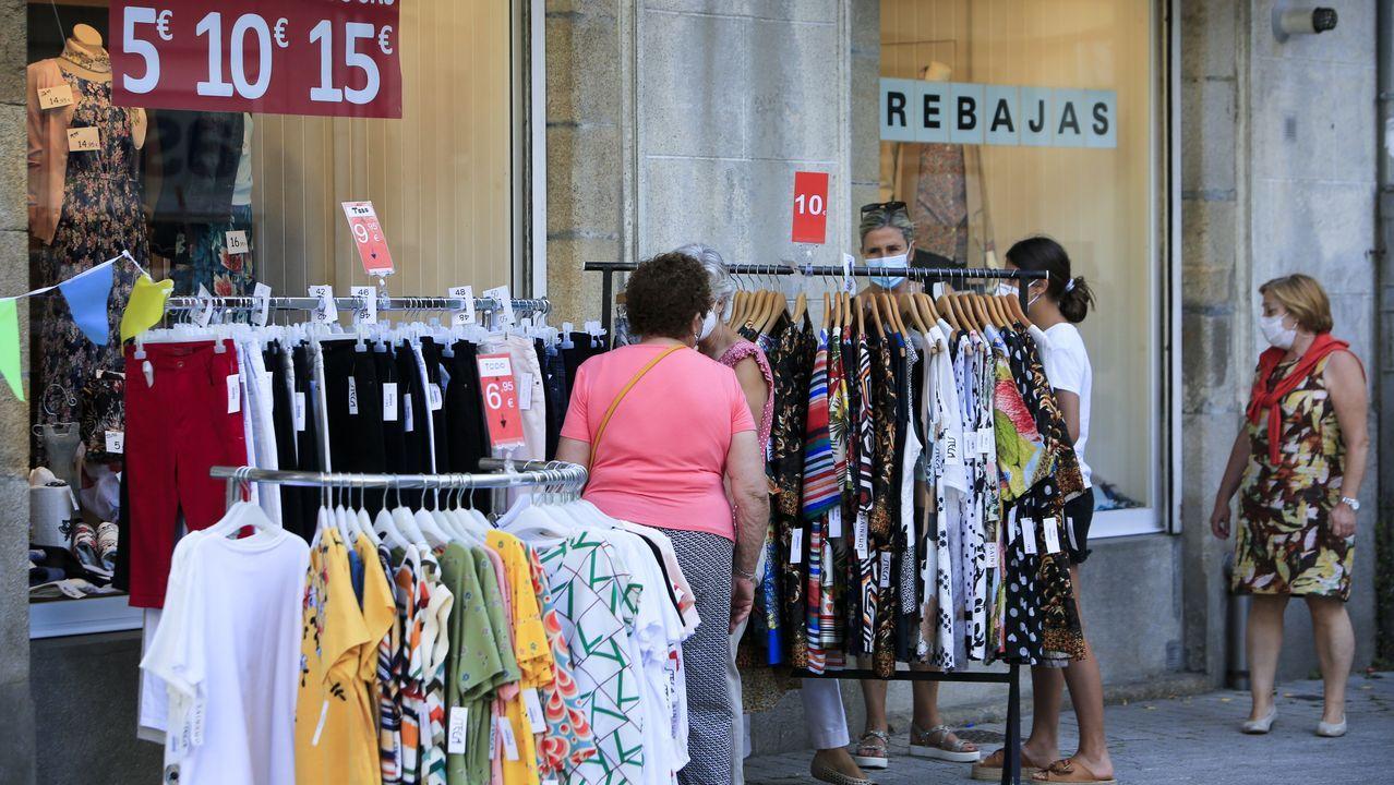 Las tiendas de la zona de San Pedro y Campo Castelo sacan sus productos a las calles con importantes descuentos, dentro del Mercado de San Pedrín