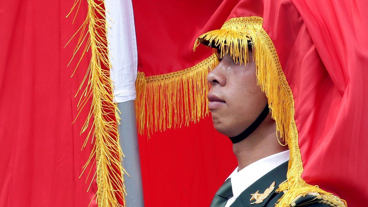 Un miembro de la guardia de honor china, cubierto por una bandera, durante la recepción en Pekín a Vladimir Putin