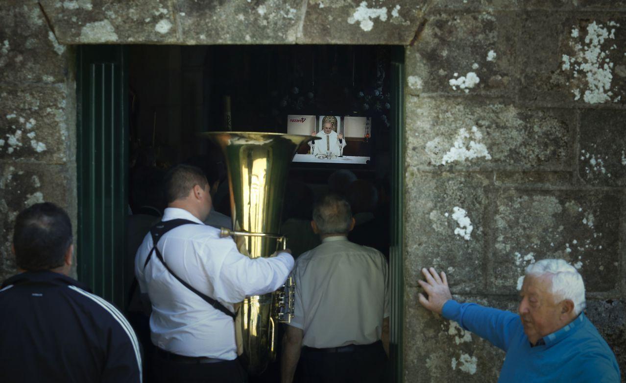 Vecinos de Gonte en la iglesia parroquial de San Pedro, en Negreira. Siguen la misa en vídeo por el boicot del cura
