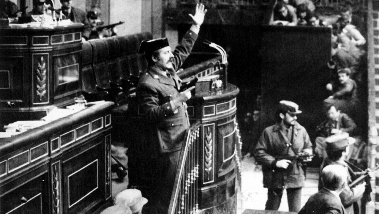 Felipe VI recibe a Herrero de Miñón. El rey saluda al presidente de la Sección Primera del Consejo de Estado durante una reunión en la Zarzuela. Herrero de Miñón, uno de los siete padres de la Constitución, entregó ayer al rey un ejemplar de su último libro «XXI ensayos de Derecho Constitucional comparado»