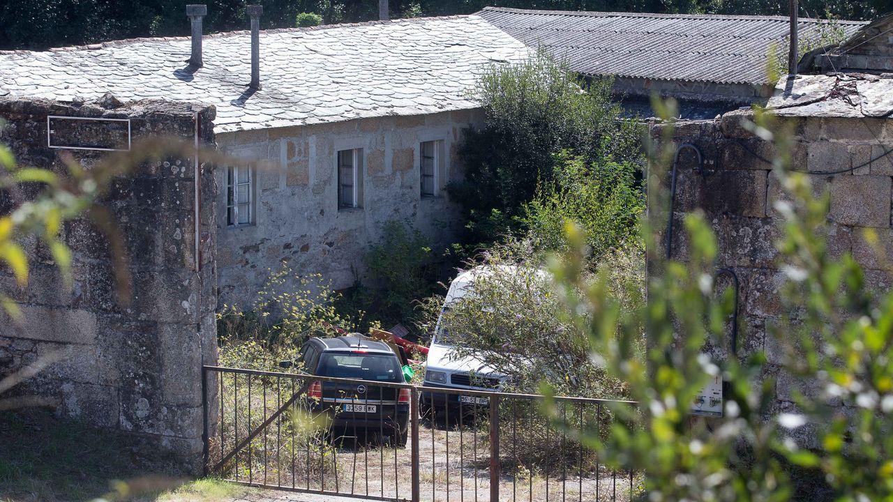 Así transcurrió el desalojo de la vivienda okupada de Perillo.Una furgoneta y un turismo dentro del recinto ocupado por dos familias, en lo que antes era un prostíbulo (O Pazo, Muxa).