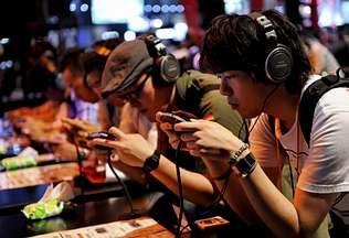 Varios jóvenes prueban los nuevos videojuegos de la marca Konami durante la novena edición de la mayor feria de videojuegos del mundo, el Tokio Game Show. En el evento abierto ayer en Chiba participar