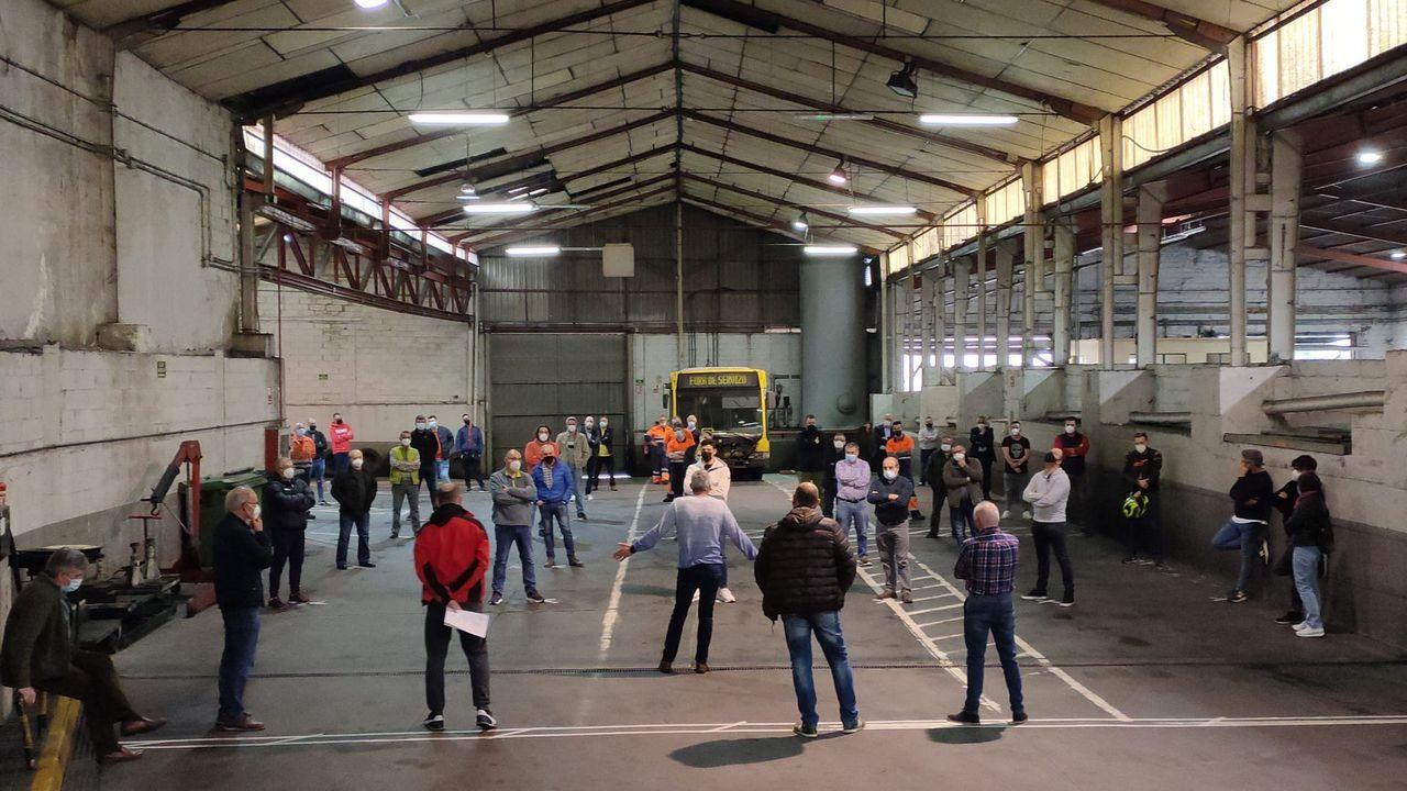 repsol.Una de las dos asambleas que celebraron este jueves los trabajadores del servicio de transporte urbano