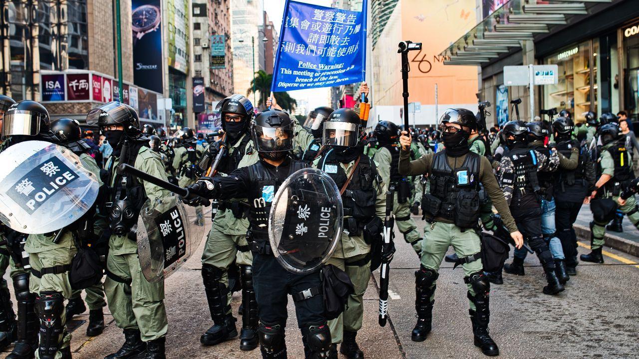 La policia obliga a retroceder a una protesta este lunes en el centro de Hong Kong