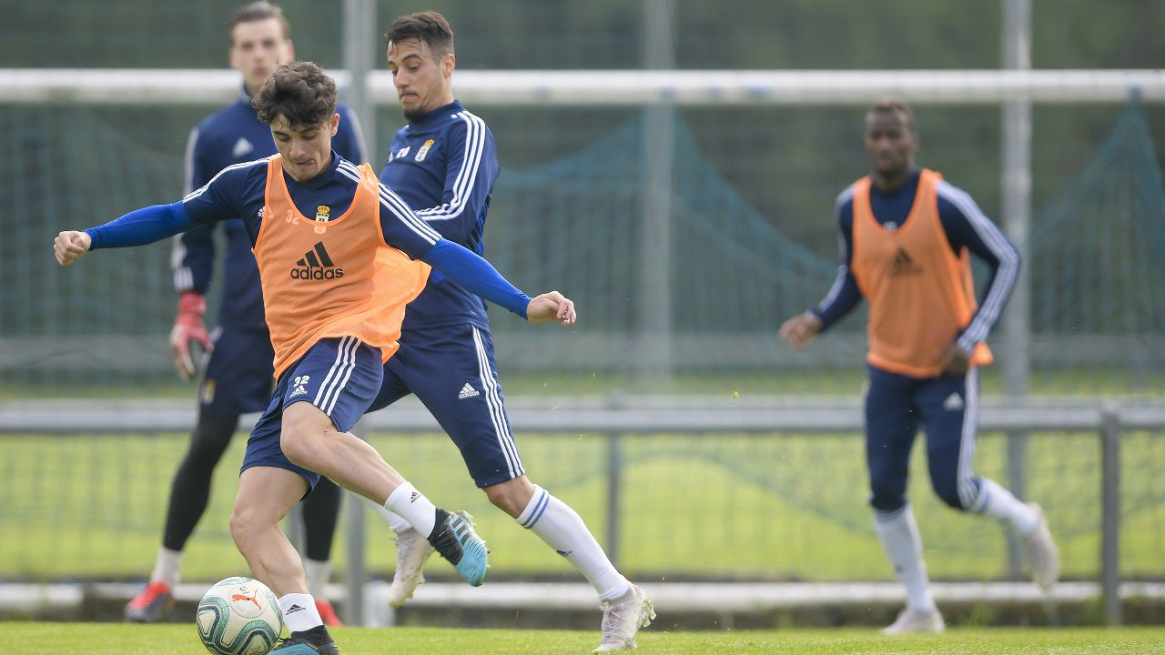 Javi Mier y Sergio Tejera, con Lunin e Ibra al fondo, pugnan por un balón