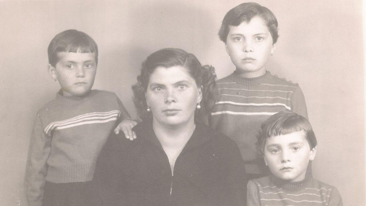 A avoa do autor, coa nai -arriba á dereita- e as súas tías, na década dos anos 50